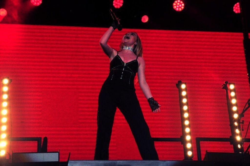 sabrina3 Commentary: Petite powerhouse Sabrina Carpenter brings her DeTOUR to Anaheim